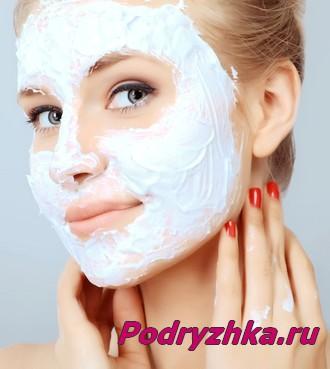 Девушка с маской на лице белого цвета