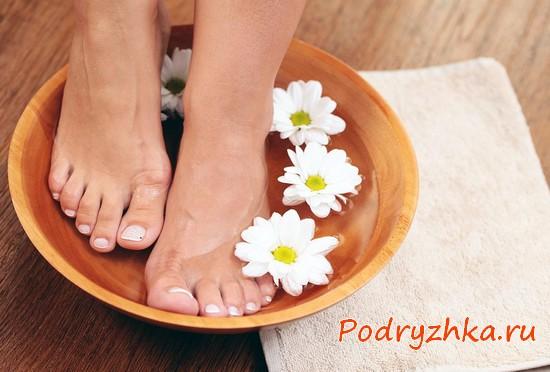 Ванночка для ног с цветами ромашки