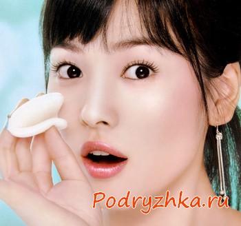 Кореянка очищает лицо спонжем