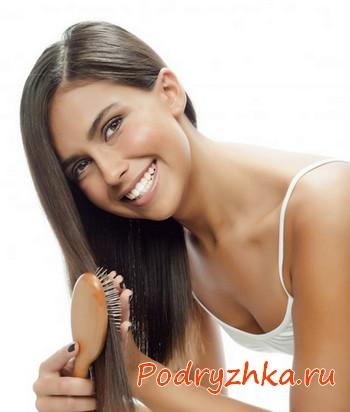 Расчесывание волос щеткой с деревянными зубьями