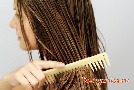 Расчесывание влажных прядей щеткой с частыми зубьями