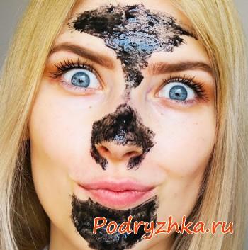 Девушка с маской на лице из угля
