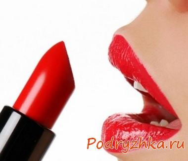 Девушка красит губы красной помадой