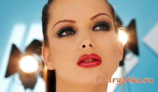 Девушка с ярко накрашенными губами